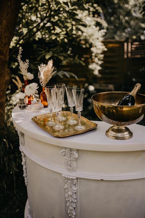 YesPleaseRentals Hochzeit Mietmobiliar Sektempfang Holzbar - Bar rund weiß (2)